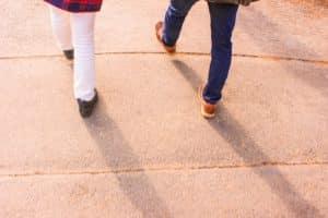 歩く2人の足