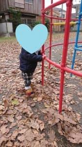 男の子が公園で遊んでいる画像